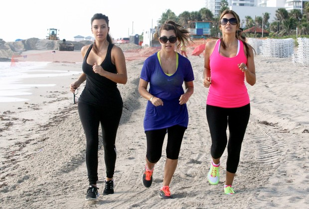 Irmãs Kardashian malham em praia de Miami (Foto: Agência X17)