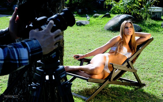 Making of de Lívia Lemos posando para o Paparazzo (Foto: George Magaraia/Paparazzo)