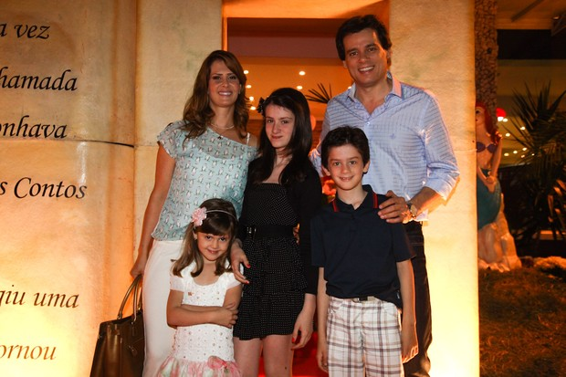 Celso Portiolli com a mulher e os filhos Luana, Laura e Pedro Henrique em festa em São Paulo (Foto: Manuela Scarpa/ Foto Rio News)