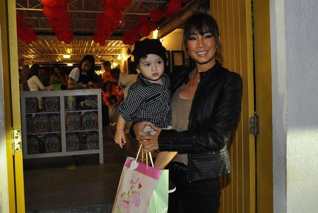 Daniele Suzuki com o filho na festa de Olívia, filha de Flávia Alessandra (Foto: Roberto Teixeira / EGO)