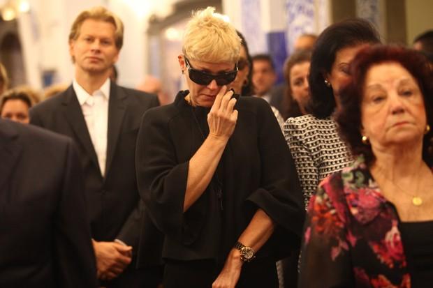 Missa Hebe - Xuxa chorando (Foto: Iwi Onodera/EGO)