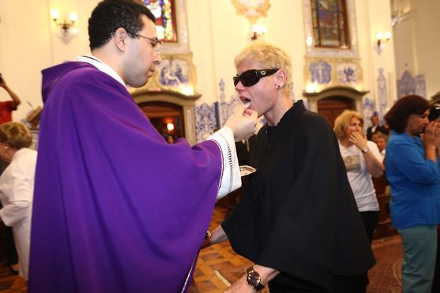 Xuxa recebendo a comunhão (Foto: Iwi Onodera/ EGO)