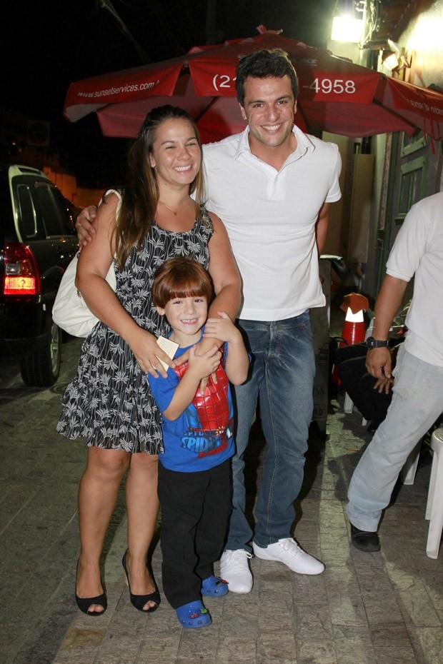 Rodrigo Lombardi com a família na festa de Olívia, filha de Flávia Alessandra (Foto: Felipe Panfili e Daniel Delmiro / AgNews)