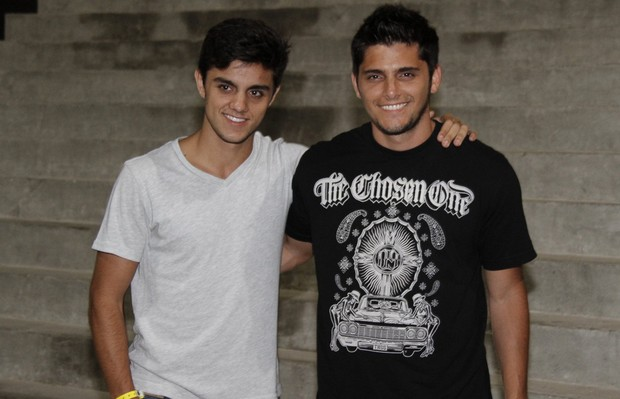 Felipe Simas e bruno Gissoni em show no Rio (Foto: Isac Luz/ EGO)