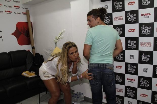 Valesca Popozuda e David Brazil em bastidores de show no Rio (Foto: Isac Luz/ EGO)