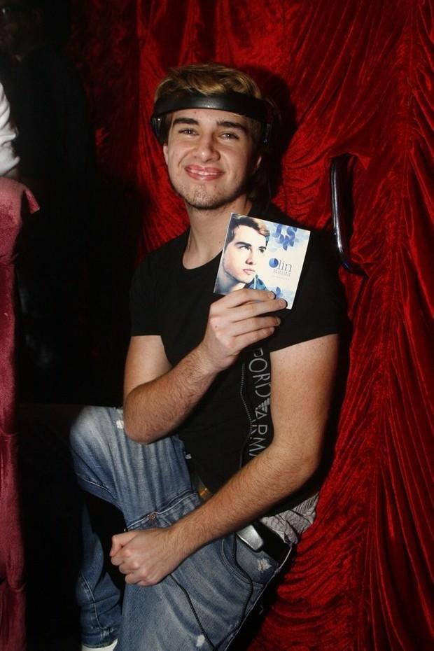 Olin mostra seu CD (Foto: Rogério Domingues / Rogério Produções)