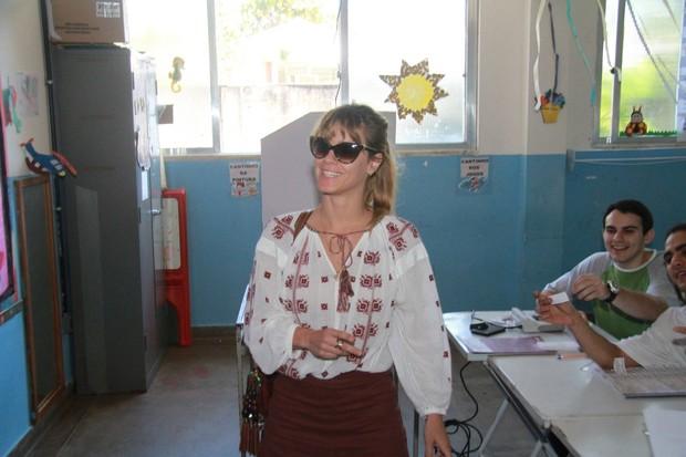 Carolina Dieckmann vota nas eleições 2012 (Foto: Clayton Militão / Foto Rio News)