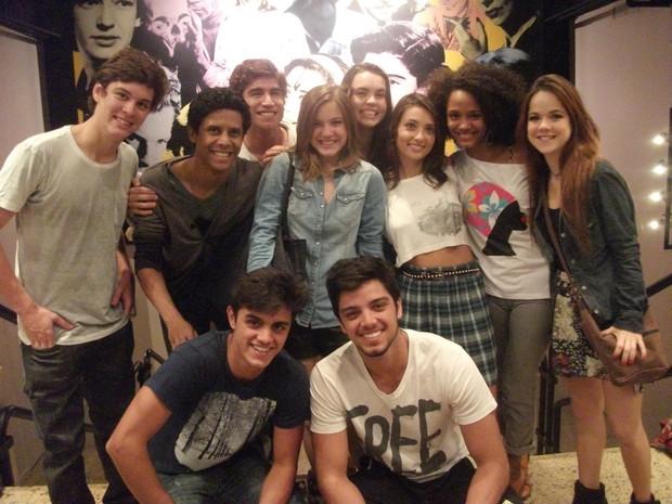 Elenco de Malhação aproveitou a folga das gravações para assistir ao espetáculo Conto de Verão, no RJ (Foto: Divulgação)
