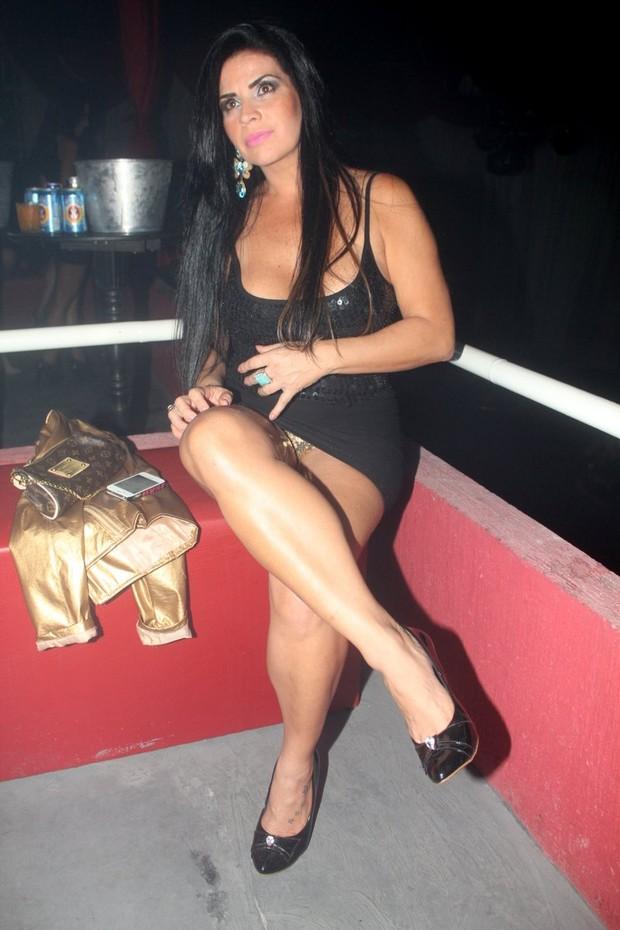 Solange Gomes mostra demais e exibe celulite e calcinha dourada