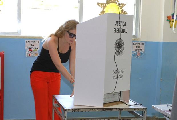 Angélica vota nas eleições 2012 (Foto: Felipe Panfili/AgNews)