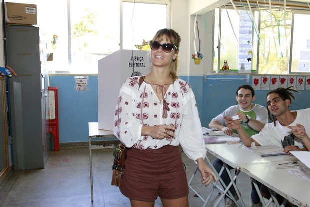Carolina Dieckmann vota nas eleições 2012 (Foto: Felipe Panfili/AgNews)