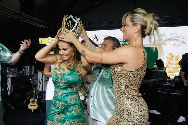 Viviane Araújo é coroada rainha da Escola Mancha Verde (Foto: Danilo Carvalho e Thaís Aline / AgNews)