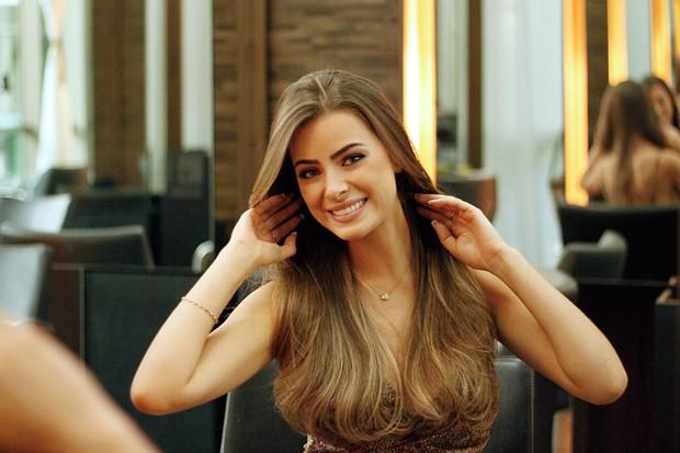 Rayanne Morais no salão de beleza (Foto: Marcos Ferreira / EGO)