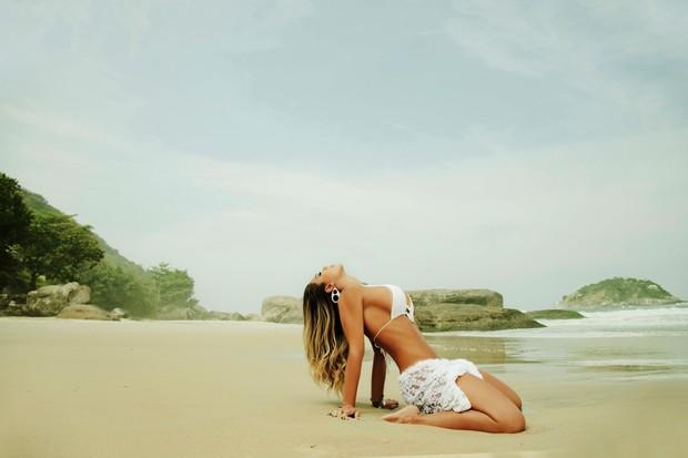 Graciella Carvalho faz ensaio sexy na praia (Foto: Davi Borges/Divulgação)
