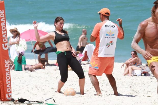 Priscila Fantin joga futevôlei em praia do Rio (Foto: Dilson Silva/AgNews)