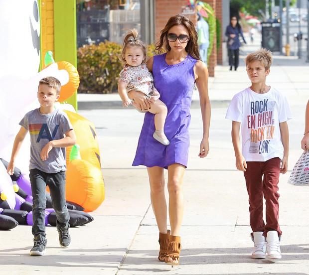 Victoria Beckham passeando com os filhos (Foto: Grosby Group)