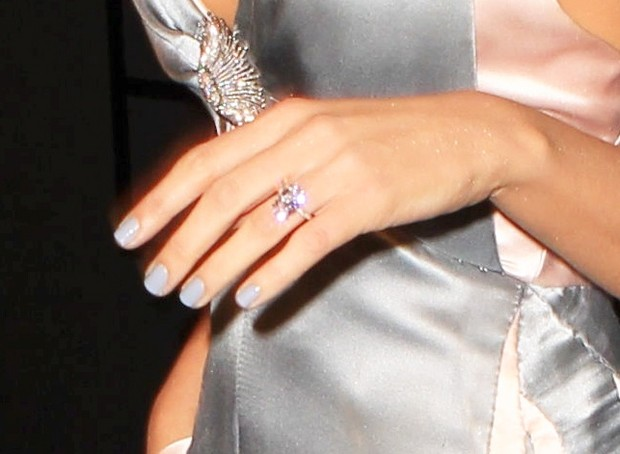 Blake Lively exibe anel de casamento