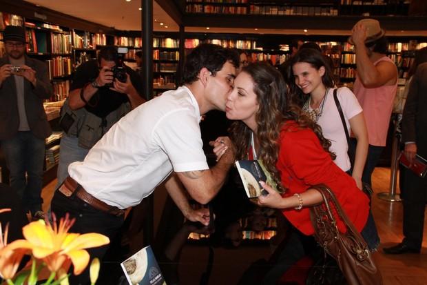 Juliano Cazarré recebe o carinho de Fabiula Nascimento em lançamento de seu livro no Rio (Foto: Thyago Andrade/ Foto Rio News)