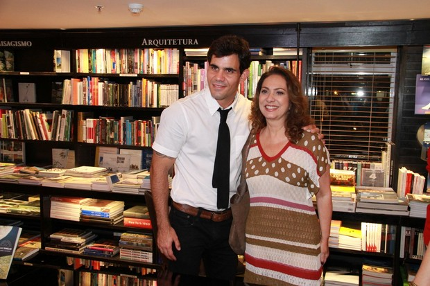 Juliano Cazarré recebe o carinho de Eliane Giardini em lançamento de seu livro no Rio (Foto: Thyago Andrade/ Foto Rio News)