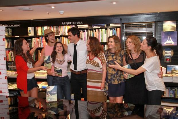Juliano Cazarré posa com elenco de 'Avenida Brasil' em lançamento de seu livro no Rio (Foto: Thyago Andrade/ Foto Rio News)