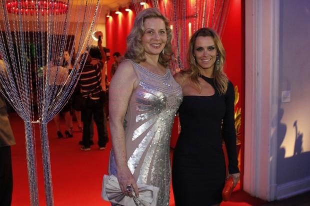 Vera Fischer e Carolina Dieckmann na festa de lançamento de 'Salve Jorge' (Foto: Isac Luz / EGO)