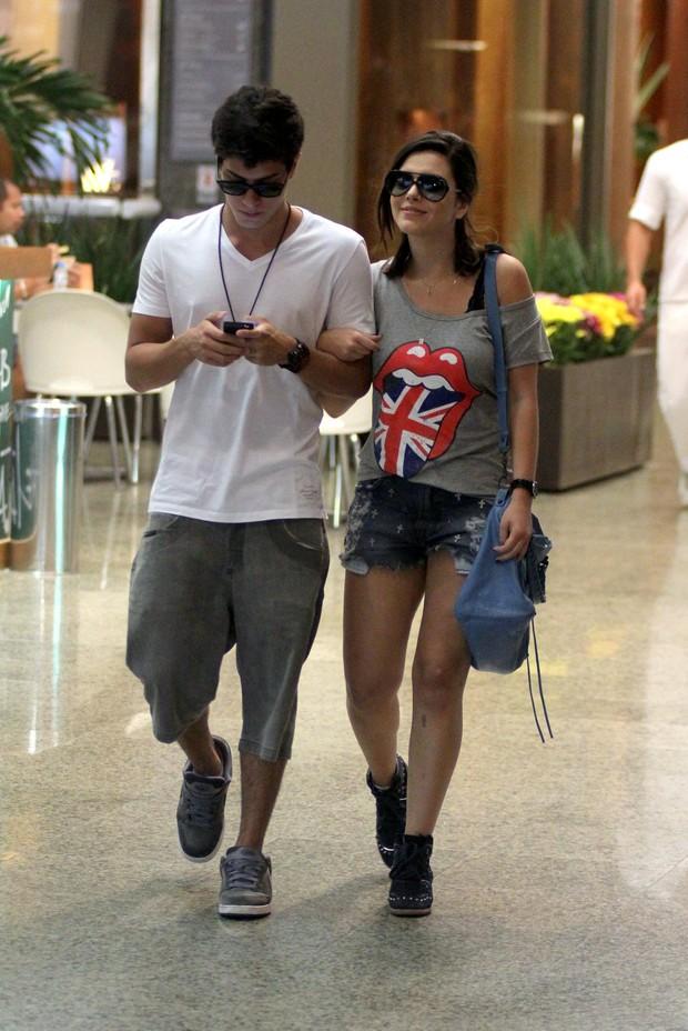 Giovanna Lancellotti passeia em shopping com amigo (Foto: Marcus Pavão / AgNews)