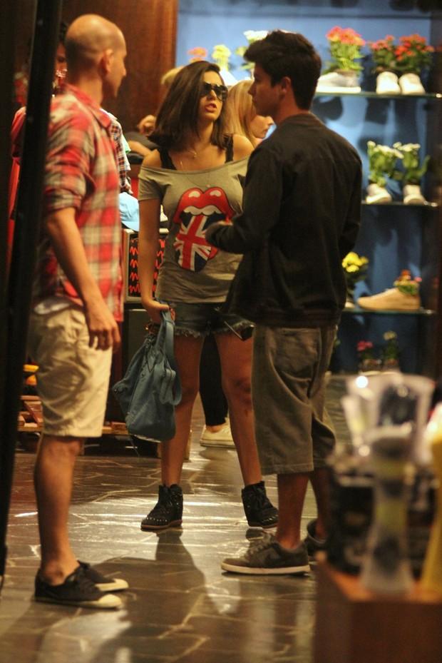 Giovanna Lancellotti faz compras em shopping do Rio (Foto: Marcus Pavão / AgNews)