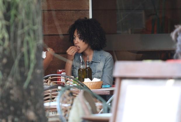 Sheron Menezzes almoça com amiga em Ipanema (Foto: Wallace Barbosa / AgNews)