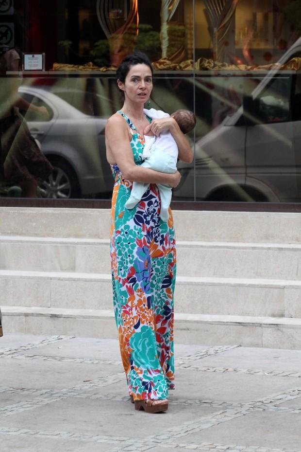 Claudia Ohana passeia com sua netinha em Ipanema (Foto: Wallace Barbosa /AgNews)