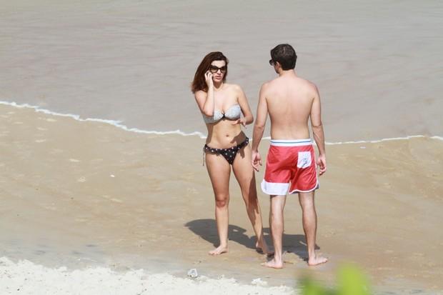 Mayana Neiva com o namorado em praia do Rio (Foto: Dilson Silva / AgNews)