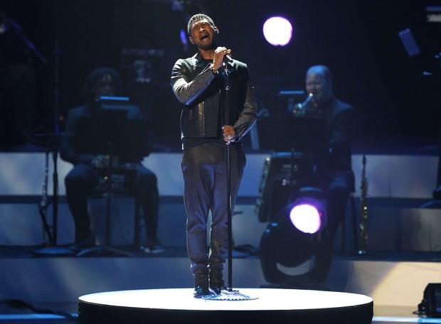 Usher em tributo a Whitney Houston nos EUA (Foto: Mario Anzuoni/ Reuters/ Agência)