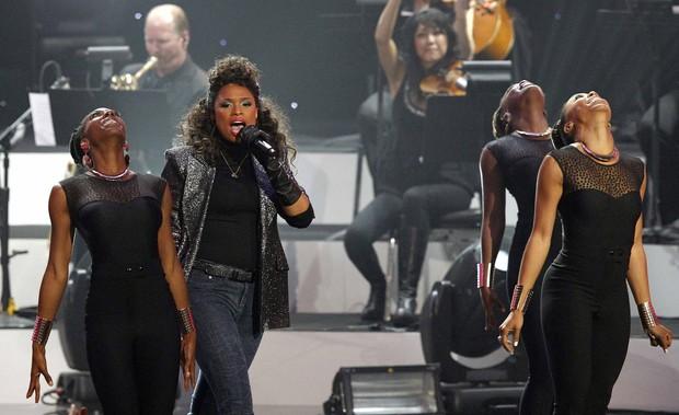 Jennifer Hudson em tributo a Whitney Houston nos EUA (Foto: Mario Anzuoni/ Reuters/ Agência)