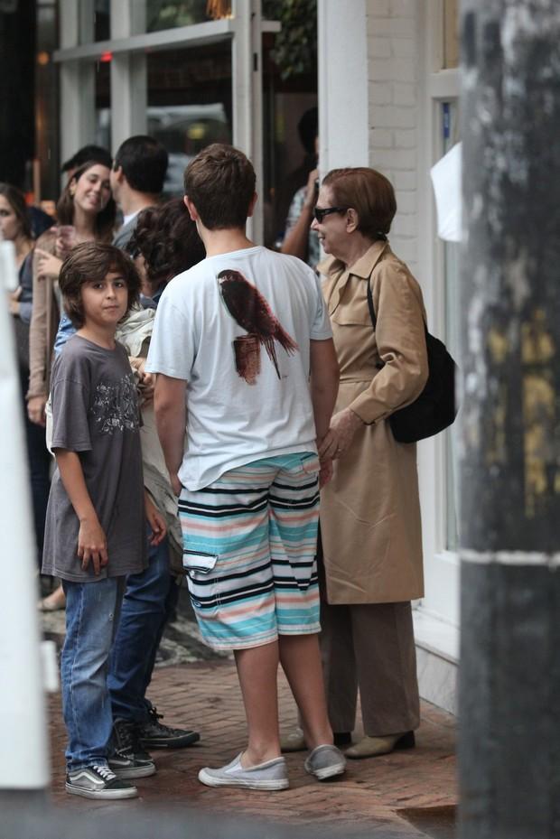 Fernanda Torres e Fernanda Montenegro e os netos (Foto: Wallace Barbosa / AgNews)