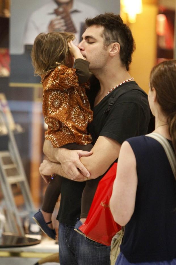 Thiago Lacerda e a filha Cora trocam chamegos em aeroporto do Rio (Foto: Leotty Junior/AgNews)