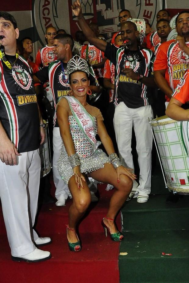 Carla Prata é coroada rainha de bateria da Grande Rio (Foto: Roberto Teixeira/EGO)