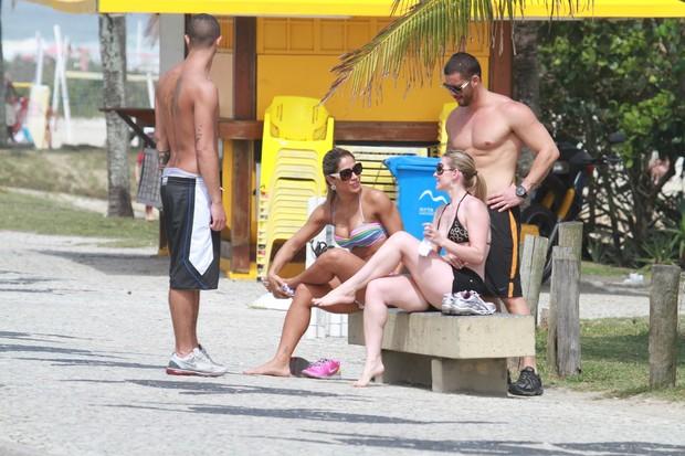 Mayra Cardi na orla com amigos (Foto: Dilson Silva / AgNews)