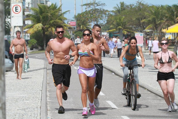 Mayra Cardi corre na orla com amigos (Foto: Dilson Silva / AgNews)