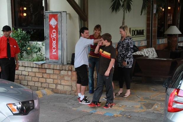 Carolina Dieckmann almoça com a família em churrascaria no Rio (Foto: Dilson Silva / AgNews)