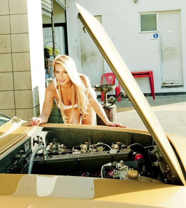 Dani Vieira posa em oficina mecânica (Foto: Davi Borges / Divulgação)
