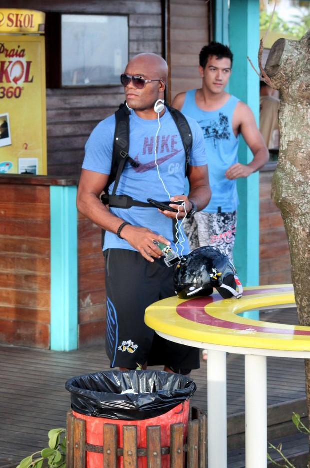 Anderson Silva na orla do Pepê, na Barra (Foto: Gabriel Rangel / AgNews)