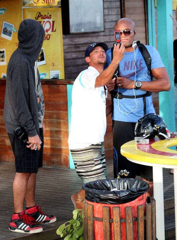 Anderson Silva curte final de tarde na Barra da Tijuca, RJ (Foto: Gabriel Rangel / Agnews)