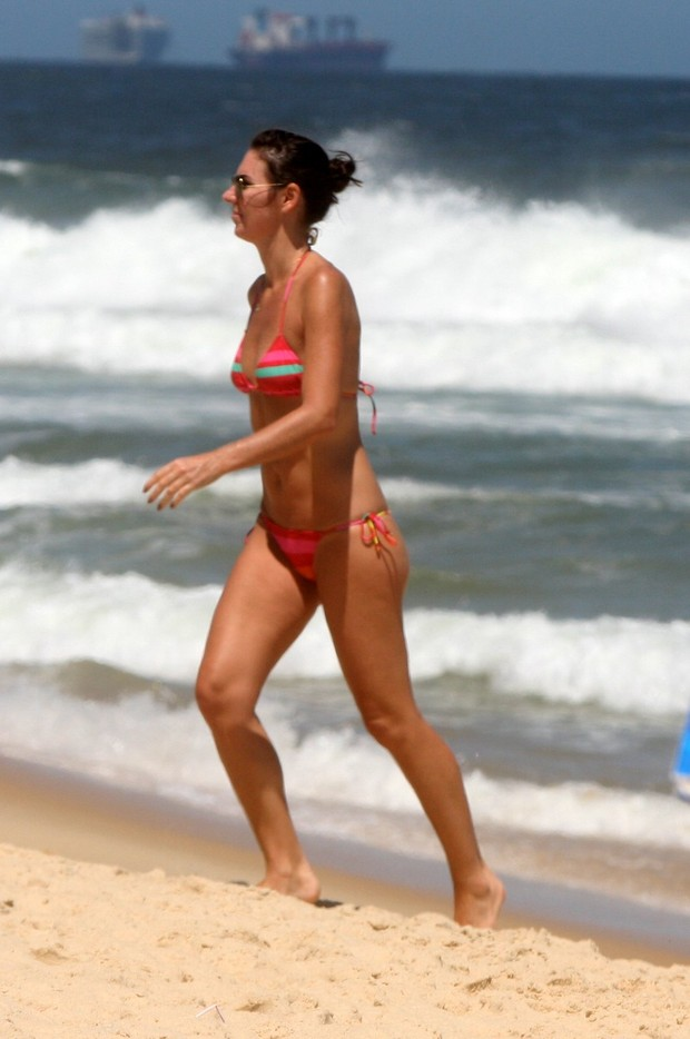 Glenda kozlowski na praia (Foto: Edson Teófilo e Gil Rodrigues / FotoRioNews)