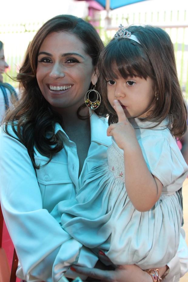 Giovana Antonelli posa com as filhas e o marido no aniversário das filhas (Foto: Marcello Sá Barretto / Foto Rio News)