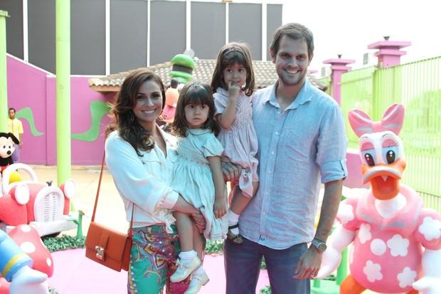 Giovanna Antonelli  posa com as filhas e o marido no aniversário das filhas (Foto: Marcello Sá Barretto / Foto Rio News)