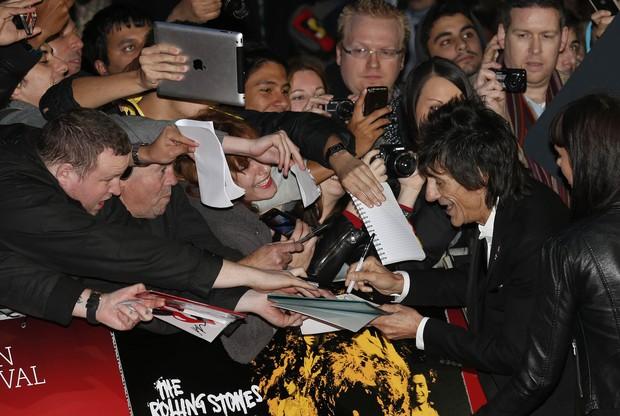 Ronnie Wood dá autógrafos (Foto: Agência Reuters)