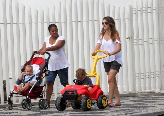 Claudia Abreu passeia com filhos na orla do Leblon, RJ (Foto: Wallace Barbosa/AgNews)