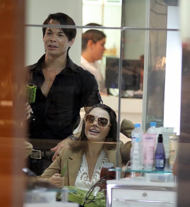 Giovanna Lancellotti em salão de beleza (Foto: Marcus Pavão / AgNews)
