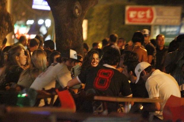 Isis Valverde com amigos em restaurante no Rio (Foto: Gabriel Rangel/ Ag. News)