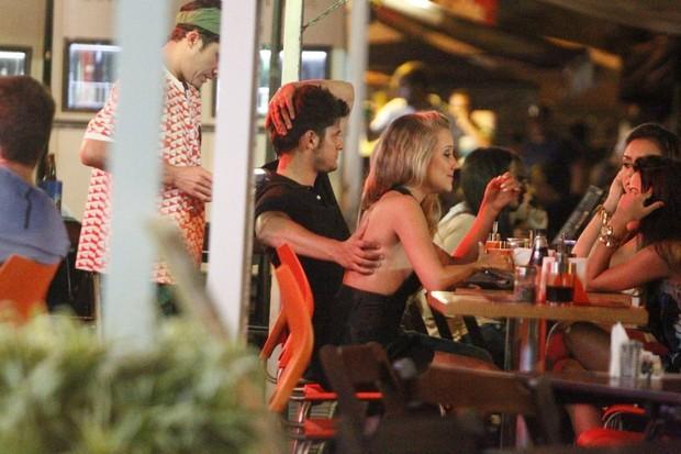 Bruno Gissoni com loira em restaurante no Rio (Foto: Gabriel Rangel/ Ag. News)