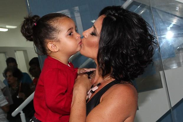 Scheila Carvalho dá selinho na filha (Foto: Manuela Scarpa/Foto Rio News)